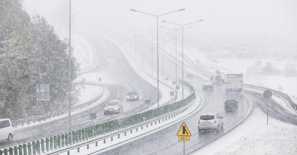 12.out.2015 - Avenida de Cracóvia, na Polônia, é atingida pela neve pela primeira vez neste outono