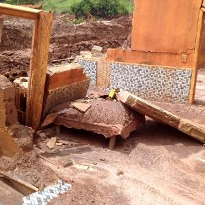 Cama ficou embaixo dos escombros de uma casa após o distrito de Pacaratu, em Mariana (MG), ser atingido pela lama da barragem