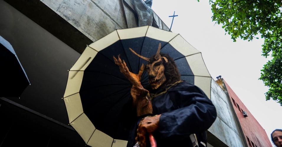 """17.jan.2016 - Homem vestido de diabo participa da """"Marcha para Satanás"""" em frente a uma igreja, no Rio de Janeiro"""