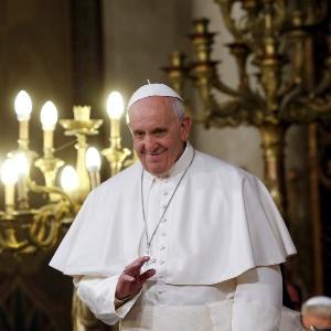 Papa Francisco acena ao público ao chegar à Grande Sinagoga de Roma, no domingo