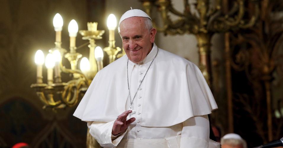 17.jan.2016 - Papa Francisco acena ao público ao chegar à Grande Sinagoga de Roma, neste domingo. Mais cedo, o pontífice pediu aos imigrantes que não deixem roubarem sua esperança e alegria de viver