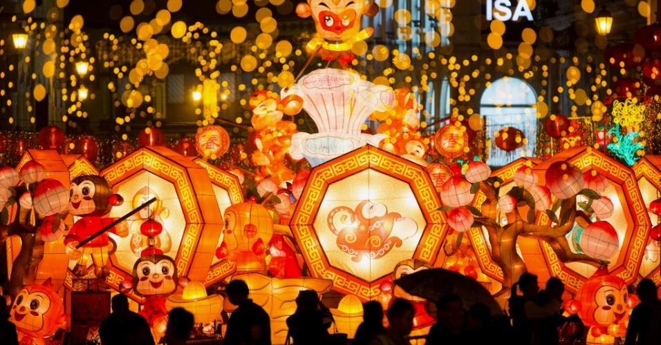 29.jan.2016 - Chineses de Macau desfilam com lanternas temáticas com figuras de macacos para celebrar a aproximação do Festival da Primavera. O festival, ou Ano Novo Lunar chinês, neste ano cairá no dia 8 de fevereiro (a data varia, uma vez que o calendário convencional é solar). De acordo com o zodíaco chinês, 2016 é o Ano do Macaco