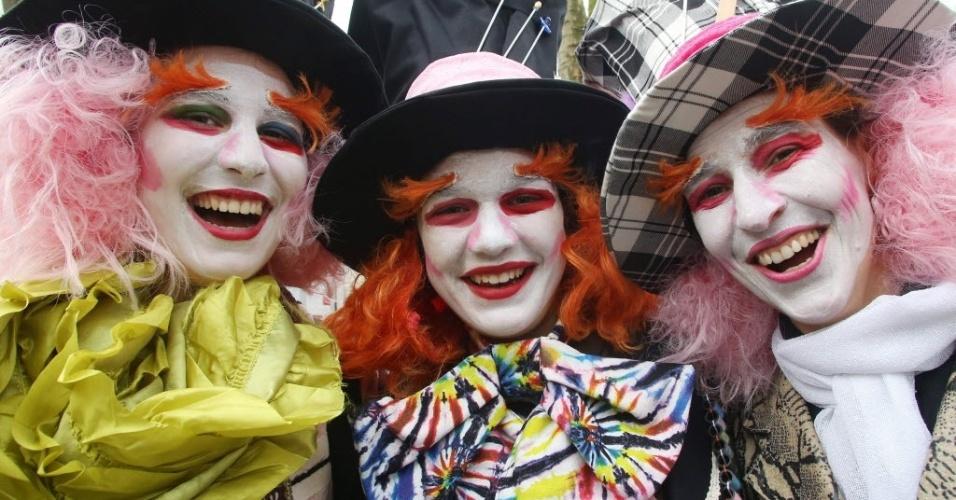 DUESSELDORF, ALEMANHA - Pessoas desfilam fantasiados no 'Koe-Treiben', celebração de carnaval em Duesseldorf, na Alemanha