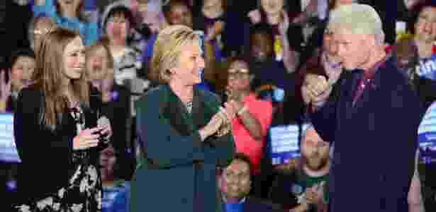 20.fev.2016 - A pré-candidata democrata à presidência dos EUA Hillary Clinton e sua filha Chelsea Clinton (à esq.) aplaudem o ex-presidente dos EUA Bill Clinton durante evento de campanha em Las Vegas. Na madrugada neste sábado será realizado no Estado de Nevada, onde fica a capital das apostas, o Caucus democrata - uma das formas de votação para eleger qual dos pré-candidatos irá disputar a Casa Branca - Mike Nelson/EPA/Efe - Mike Nelson/EPA/Efe