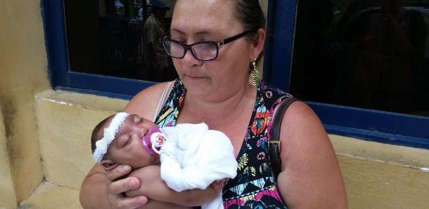 A dona de casa Ângela Maria da Silva adotou a sobrinha Lívia Vitória depois que a mãe da criança resolveu abandoná-la