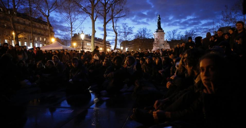 6.abr.2016 - Manifestantes assistem discursos ao participarem de vigília noturna na Place de la Republique, em Paris. Centenas de pessoas ocupam a praça todas as noites, desde 31 de março, em protestar contra leis de segurança, condições precárias de habitação e as reformas trabalhistas propostas pelo governo de François Hollande