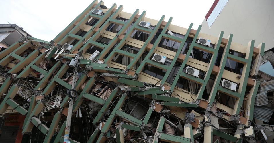 17.abr.2016 - Edifício não resiste a terremoto de magnitude 7,8 na cidade de Portoviejo, Equador, ocorrido na noite de sábado (16). Pelo menos 233 pessoas morreram e mais de 1.500 ficaram feridas. Epicentro do tremor foi a 27 km da cidade de Muisne, perto da fronteira com a Colômbia, a uma profundidade de 19,2 km no oceano Pacífico