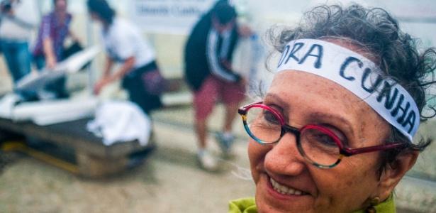 30.abr.2016 - Manifestantes se reuniram na praia de Copacabana, no Rio, na tarde deste sábado (30) para defender que o presidente da Câmara, Eduardo Cunha (PMDB-RJ), deixe o cargo - Agência O Dia/Estadão Conteúdo