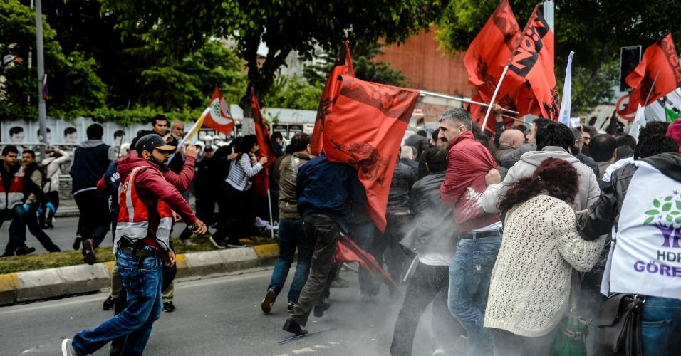 1º.mai.2016 - Polícia joga gás contra manifestantes em passeata do 1º de Maio, em Bakirkoy, distrito de Istambul, Turquia. Ativistas e esquerdistas marcaram o feriado anual, com forças de segurança se preparando para problemas após as autoridades se recusarem a permitir protestos na praça Taksim