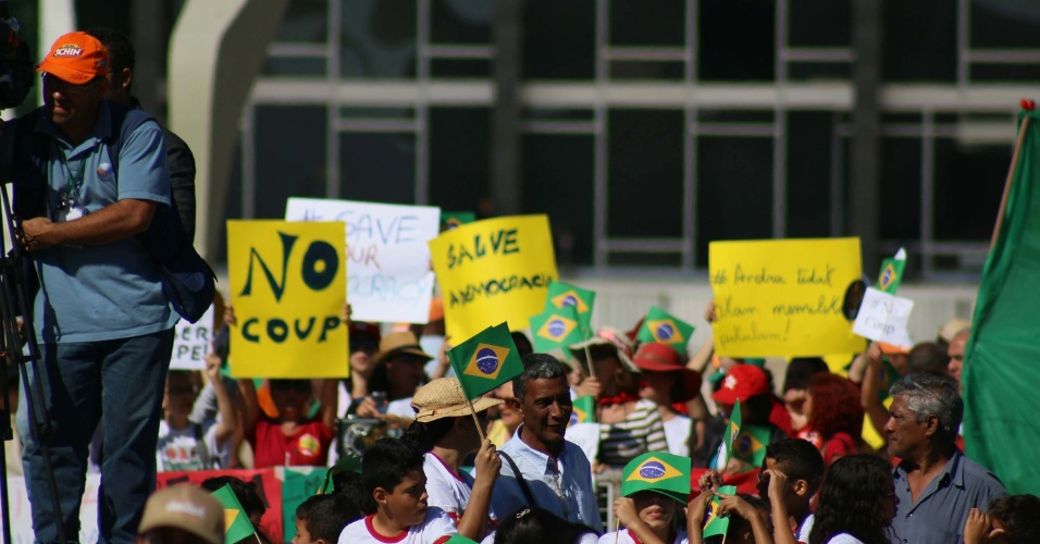 3.mai.2016 - Dezenas de pessoas ligadas a movimentos sociais e contra o impeachment da presidente Dilma Rousseff fizeram uma manifestação ao lado de fora do Palácio do Planalto, em Brasília, durante o revezamento da tocha olímpica no Brasil