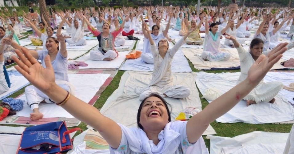 """21.jun.2016 - Grupo pratica ioga em Amritsar, na Índia, no Dia Internacional da Ioga. A prática, cujo nome em sânscrito significa """"união"""", reúne uma série de exercícios espirituais antigos do sudeste da Ásia. Difundida pelo mundo todo, a ioga continua sendo uma tradição vibrante em sua região de origem, onde é vista como forma para alcançar a iluminação espiritual"""
