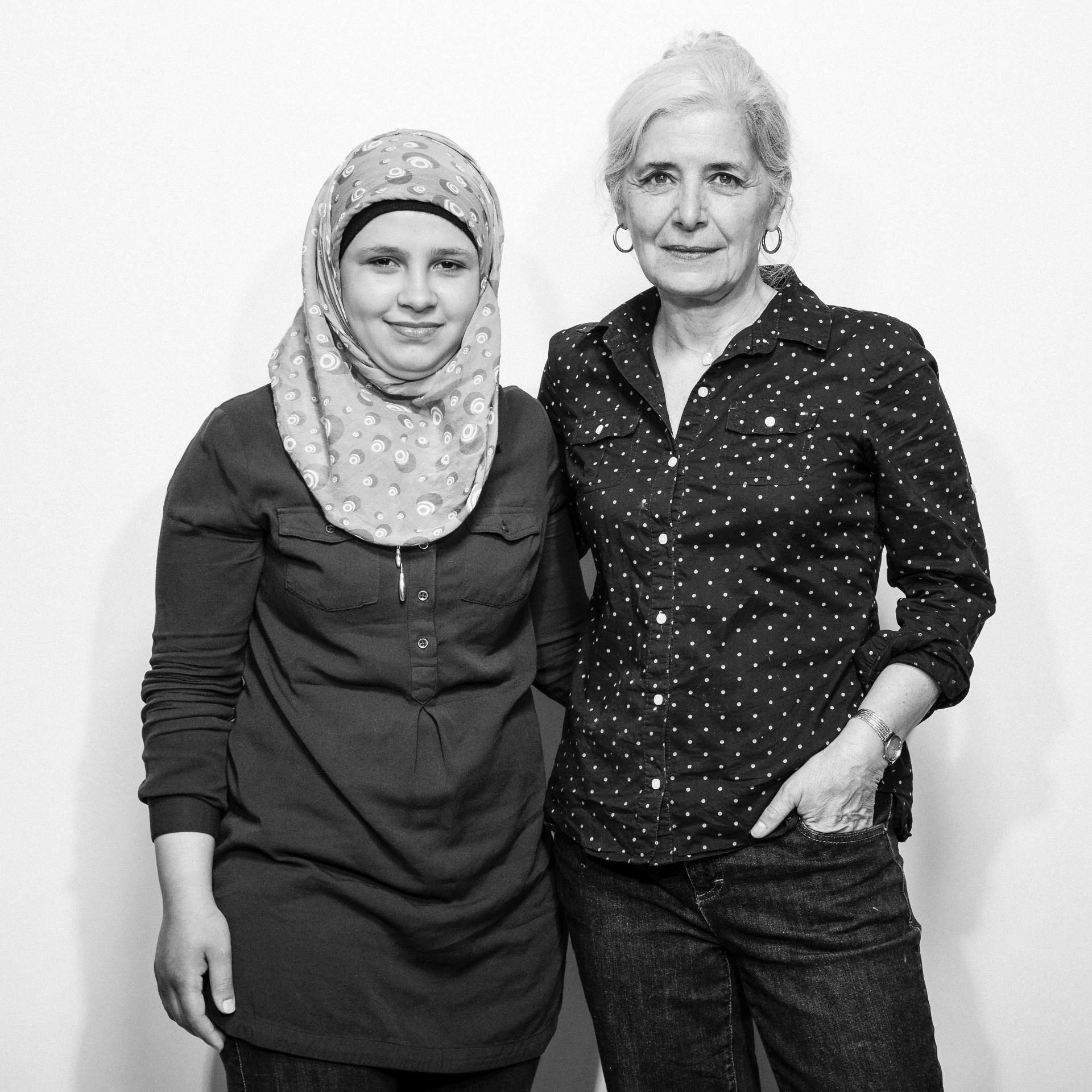 21.mai.2016 - Sawsan Ballani, que viajou da Jordânia com sua família, e a sua patrocinadora canadense Leslie Scrivener, em Toronto