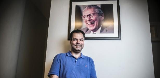 Bruno Covas mostra a foto que tem de seu avô, Mário Covas, em seu escritório, em SP