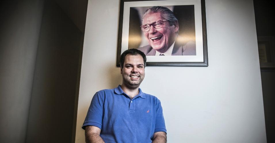 13.out.2016 - Bruno Covas mostra a foto que tem de seu avô, Mário Covas, em seu escritório, em SP