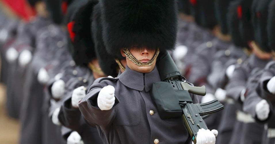 1.nov.2016 - Guardas marcham em cerimônia de boas-vindas na Horse Guards Parade para o presidente da Colômbia, Juan Manuel Santos, no centro de Londres, no Reino Unido