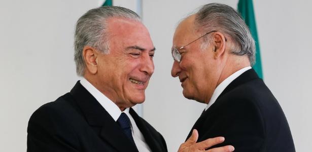 Presidente Michel Temer (e) cumprimenta Roberto Freire na cerimônia de posse do deputado como ministro