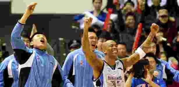 Stephon Marbury (dir), do Beijing Ducks, comemora com colegas de time a vitória sobre o Shanxi Xinyu nas semifinais da Associação Chinesa de Basquete, em Pequim - AFP
