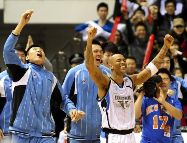 Stephon Marbury (dir), do Beijing Ducks, comemora com colegas de time a vitória sobre o Shanxi Xinyu nas semifinais da Associação Chinesa de Basquete, em Pequim
