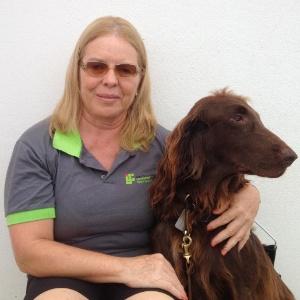A professora universitária Olga Solange Herval Souza e seu cão-guia, Darwin