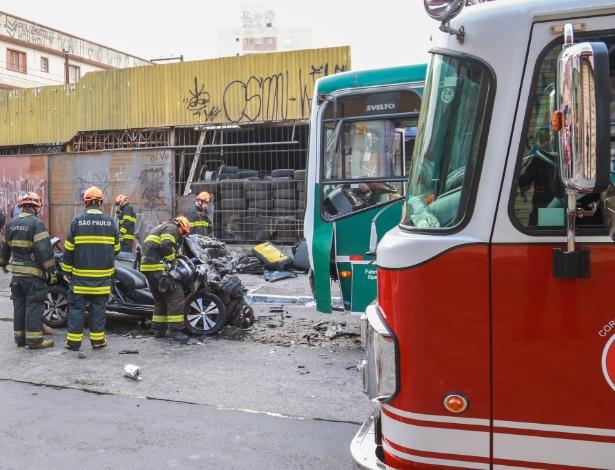 A colisão entre carro e ônibus na avenida Vila Ema matou dois homens e deixou um gravemente ferido - Jales Valquer/Fotoarena/Fotoarena/Estadão Conteúdo