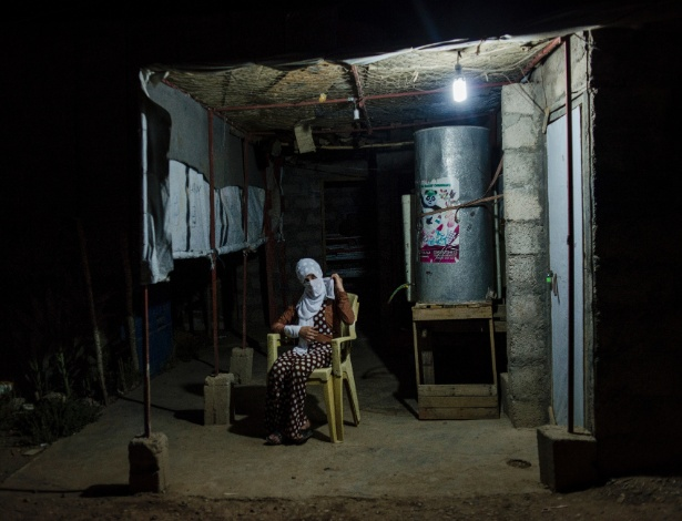 Souhayla, uma jovem que foi mantida sob o poder do Estado Islâmico por três anos, na casa de seu tio, em Shariya, Iraque - Alex Potter/The New York Times