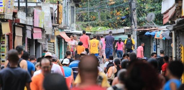 Moradores observam entrada da favela do Jacarezinho durante tiroteio na segunda (14) - Jotta de Mattos/Photo Press/Estadão Conteúdo
