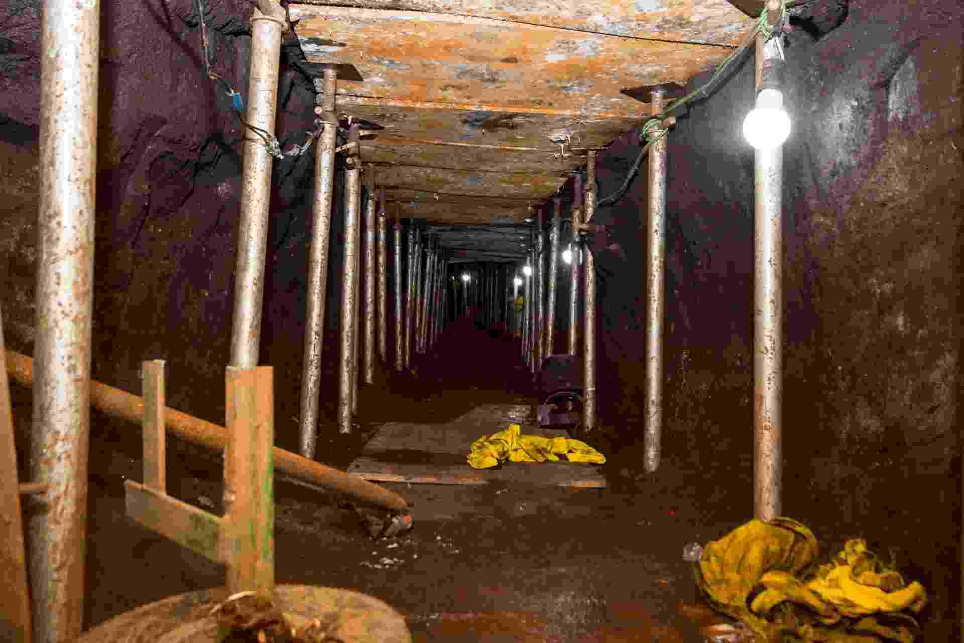 """3.out.2017 - O túnel cavado tinha 600 metros de comprimento e em torno de 1,5 m de altura. Foi cavado para chegar ao cofre da base de distribuição do Banco do Brasil em São Paulo, na Chácara Santo Antônio, em Santo Amaro (zona sul). Os chefes do bando afirmaram que pretendiam fazer """"o maior roubo a banco do mundo"""" - Marcelo Goncalves/Sigmapress/Estadão Conteúdo"""