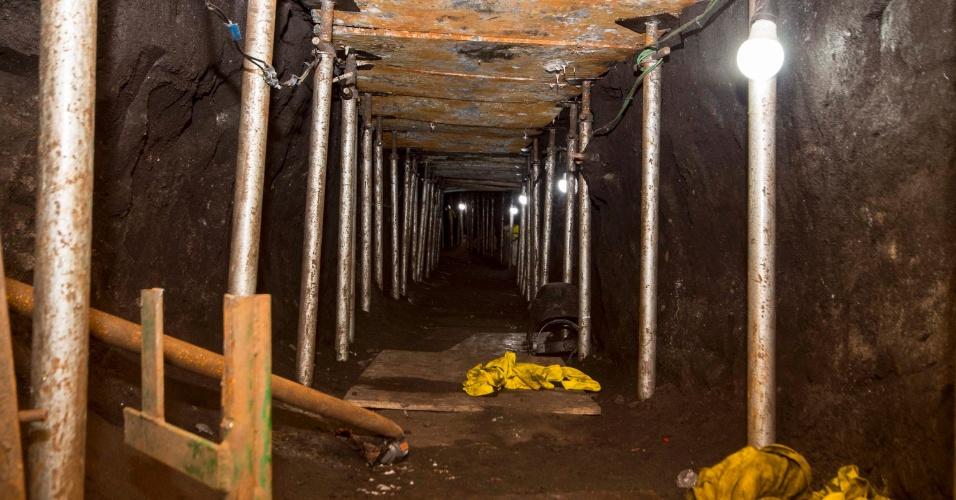 """3.out.2017 - O túnel cavado tinha 600 metros de comprimento e em torno de 1,5 m de altura. Foi cavado para chegar ao cofre da base de distribuição do Banco do Brasil em São Paulo, na Chácara Santo Antônio, em Santo Amaro (zona sul). Os chefes do bando afirmaram que pretendiam fazer """"o maior roubo a banco do mundo"""""""