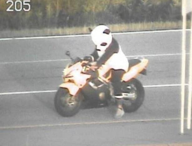 A policia de Minnesota divulgou uma imagem do motoqueiro pilotando a moto usando uma fantasia de panda