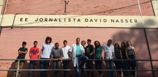 Moraes Filho posa ao lado de alunos da Escola Estadual Jornalista David Nasser; Estado de SP está formando milhares de profissionais dedicados à mediação  - BBC