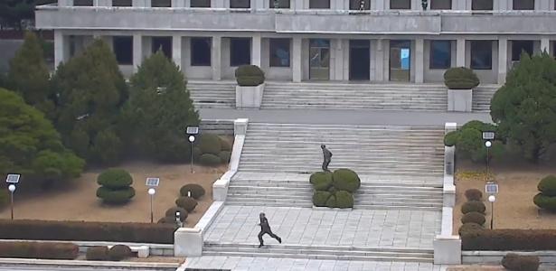 A imagem capturada de um trecho do vídeo divulgado pelo Comando das Nações Unidas, mostra um momento em que membros do exército norte-coreanos estão correndo atrás do soldado norte-coreano que fugiu para a Coreia do Sul