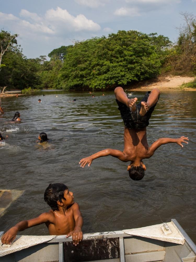 1º.dez.2017 - Crianças se banham no rio Cateté mesmo com recomendação contrária devido à contaminação das águas