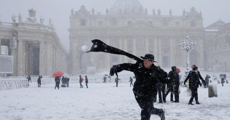 26.fev.2018 - Homem joga uma bola de neve durante nevasca, na praça São Pedro, no Vaticano