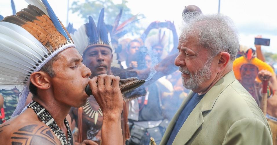 15.mar.2018 - Lula foi recepcionado em Salvador, no Fórum Social Mundial, por um grupo de mais de 20 etnia