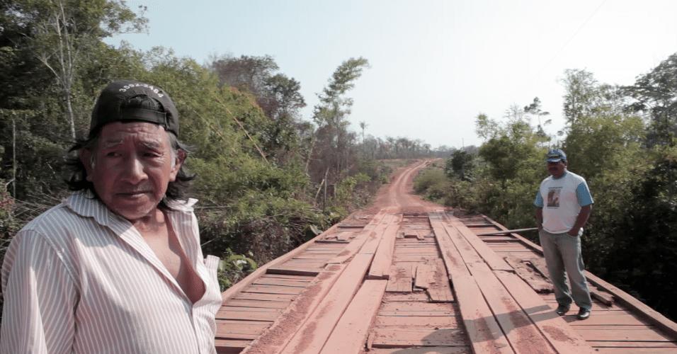 Manoel Kanunxi (à esq.) e José Francisco Jamoexi na ponte que marca um dos limites do território de 206 mil hectares que integra a TI Manoki