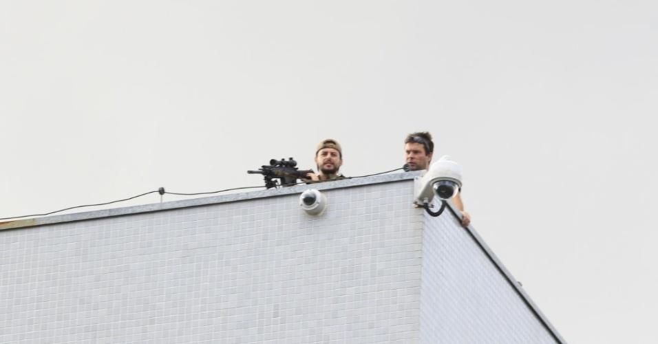 Atirador de elite é colocado no telhado do prédio da Polícia Federal em Curitiba