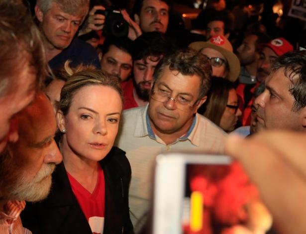 Os senadores Gleisi Hoffmann e Lindbergh Farias (último à direita) organizam vigília nos arredores da sede da Polícia Federal em Curitiba já na madrugada deste domingo