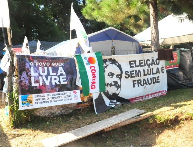 Um ataque a tiros contra o acampamento Marisa Letícia, no bairro Santa Cândida, em Curitiba, deixou duas pessoas feridas na madrugada deste sábado (28) - Ernani Ogata/Código19/Estadão Conteúdo