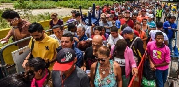Milhares de venezuelanos cruzam a fronteira para a Colômbia todos os dias - Getty Images