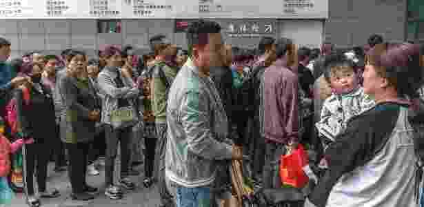 Pacientes aguardam de madrugada pela abertura do ambulatório em um hospital em Pequim, na China - Gilles Sabrié/The New York Times