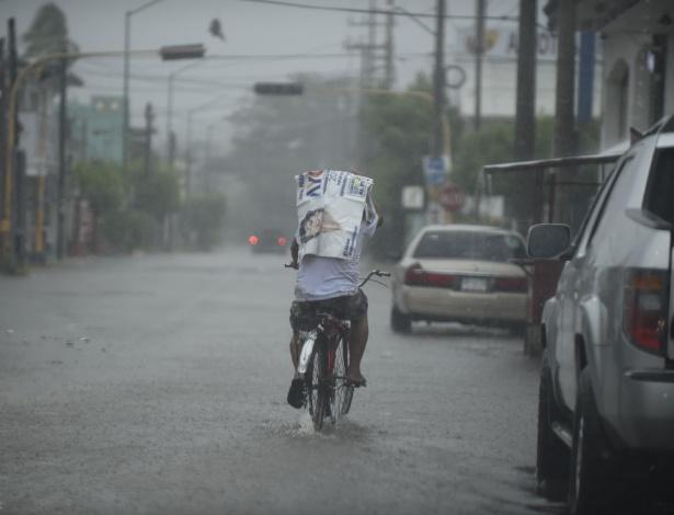 23.out.2018 - Morador anda de bicicleta por uma estrada enquanto o furacão Willa chega a Escuinapa, no México - ALFREDO ESTRELLA/AFP
