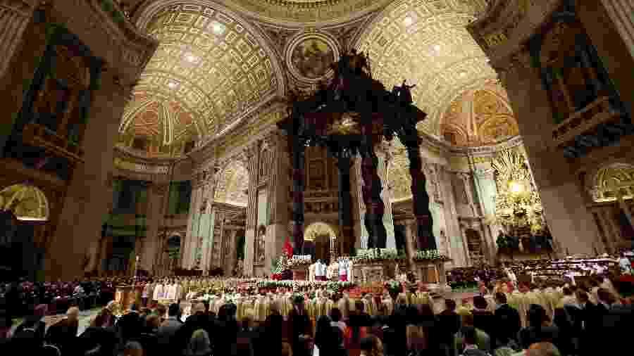 Fiéis acompanham missa durante a Vigília de Páscoa comandada pelo Papa Francisco na Basílica de São Pedro, no Vaticano  - Remo Casilli/Reuters