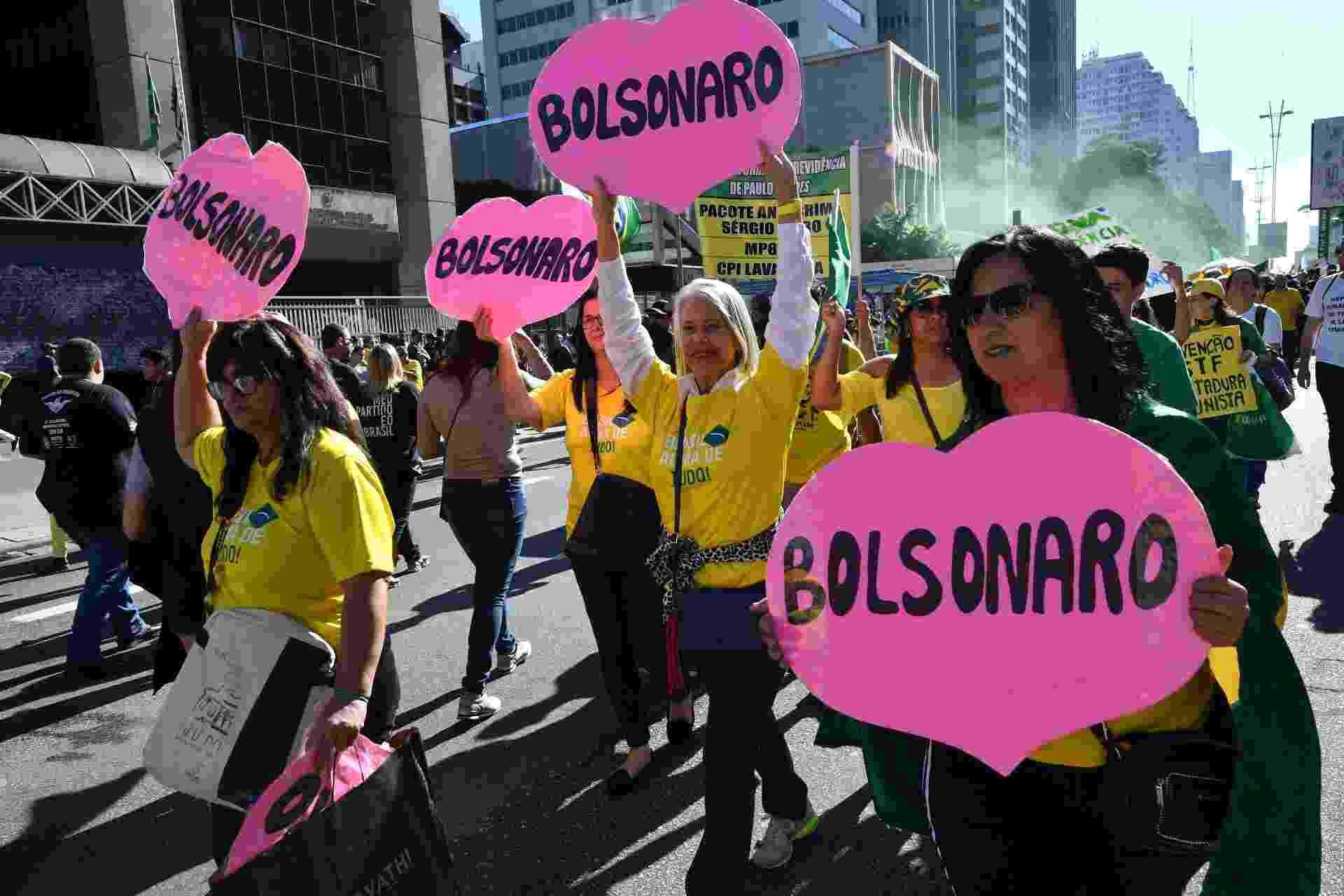 26.mai.2019 - Manifestantes carregam corações com o nome de Bolsonaro na avenida Paulista - Nelson Almeida/AFP