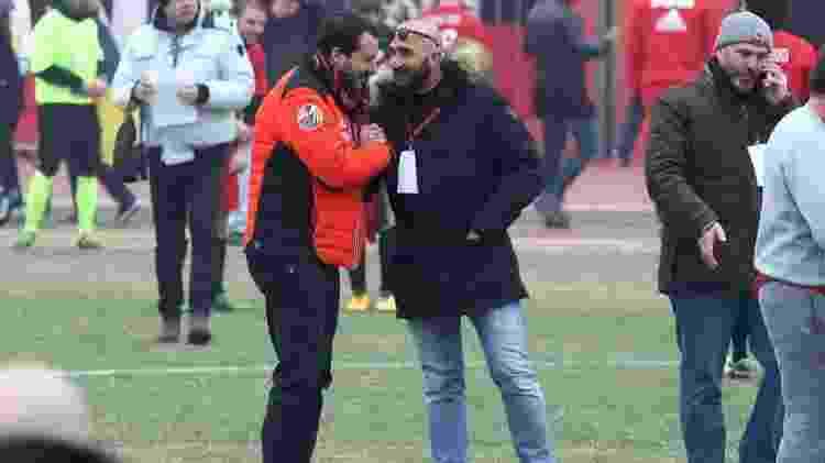 Matteo Salvini aperta a mão de Luca Lucci, chefe dos ultras preso - Matteo Bazzi/Ansa - Matteo Bazzi/Ansa