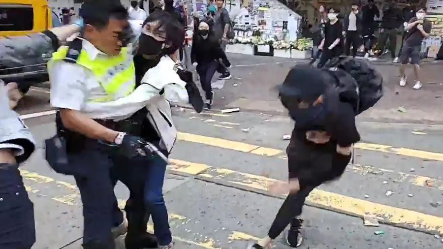 Policial de Hong Kong atira em um manifestante encapuzado - AFP/Cupid News