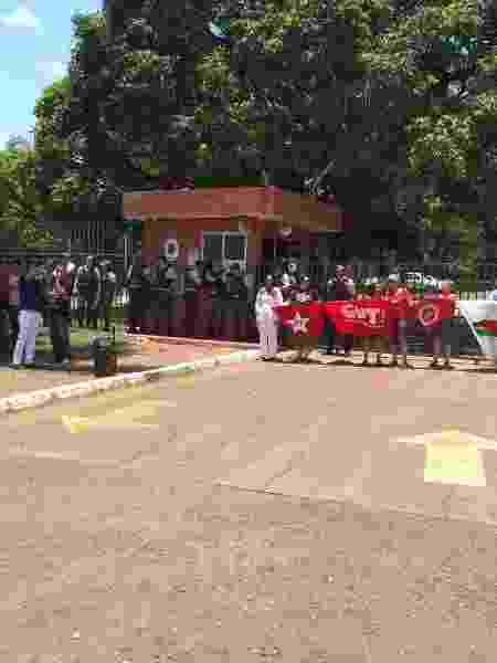 Militantes do PT, CUT e Central de Movimentos Populares cercam Embaixada da Venezuela - Eduardo Militão/UOL