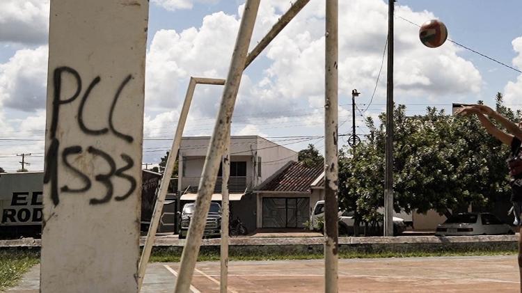 Menina brinca em quadra com picho do PCC em Pedro Juan Caballero, no Paraguai - 29.jan.2020 - Marina Garcia/UOL