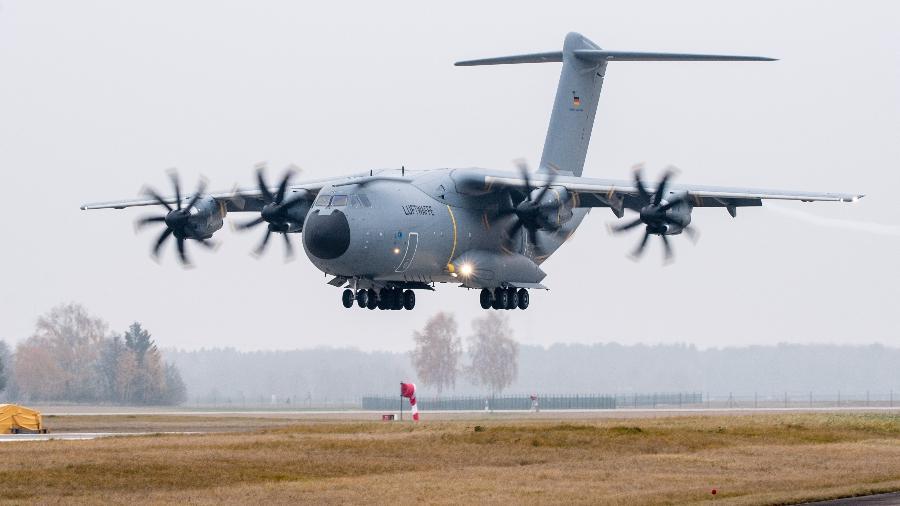 Avião para transporte militar Airbus A400M pousa em Lagerlechfeld, na Bavaria (Alemanha) - Matthias Balk/dpa/Getty Images