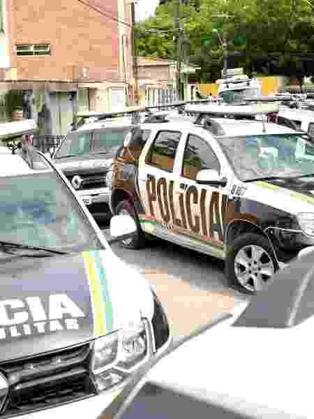 Veículos da Polícia Militar do Ceará em frente a batalhão da corporação durante motim de PMs em Fortaleza - Reuters