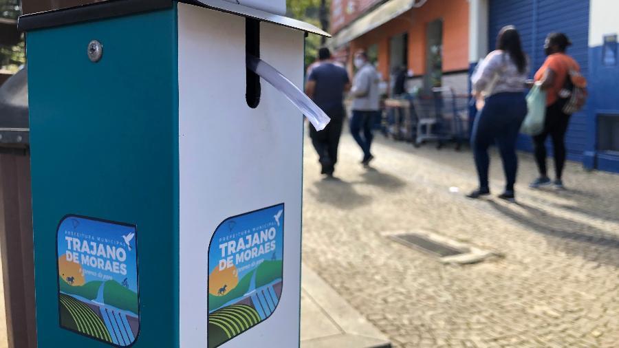 5.ago.2020 - Prefeitura espalhou álcool em gel em frente a comércio, agências bancárias e na praça de Trajano de Moraes (RJ) - Herculano Barreto Filho/UOL
